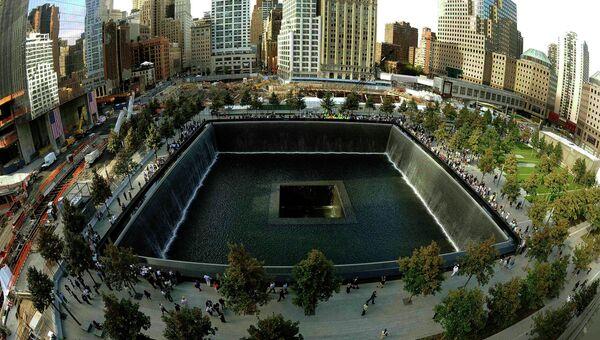 Люди собираются возле мемориала 11 сентября в Нью-Йорке