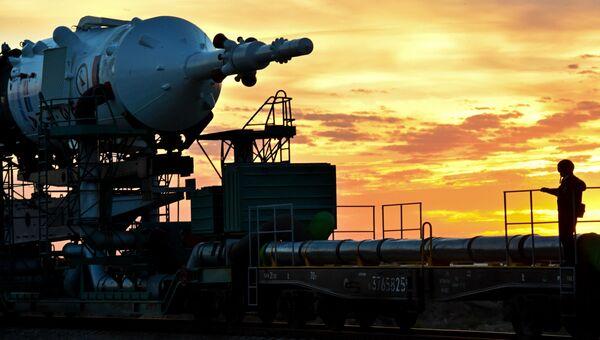 Вывоз ракеты-носителя Союз-ФГ с транспортным пилотируемым кораблем Союз ТМА-18М на стартовую площадку космодрома Байконур. Архивное фото