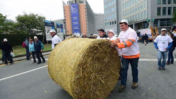 Европейские фермеры во время акции протеста у здания Еврокомиссии в Брюсселе