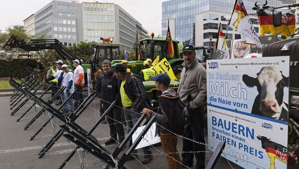 Участники акции протеста фермеров на площади перед зданием Совета ЕС в Брюсселе. 7 сентября 2015