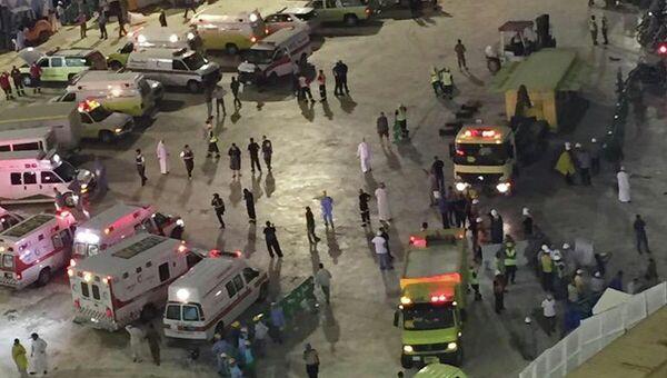 Автомобили скорой помощи на месте падения строительного крана в мечети в Мекке