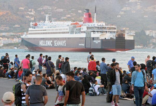 Беженцы с Ближнего Востока в порту города Митилини на греческом острове Лесбос