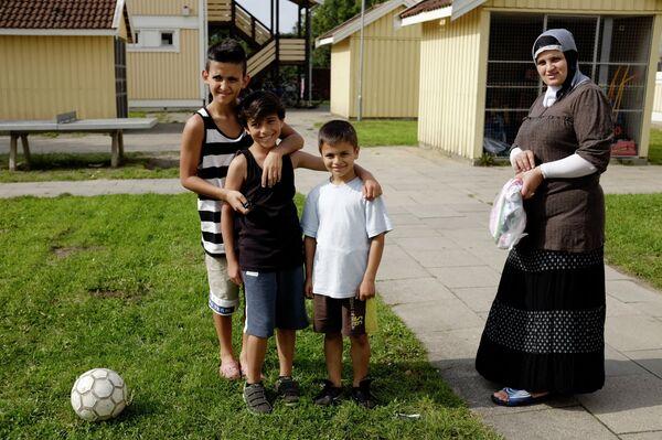 Переселенцы с Ближнего Востока, получившие официальный статус беженцев, в поселении для беженцев на окраине Гамбурга