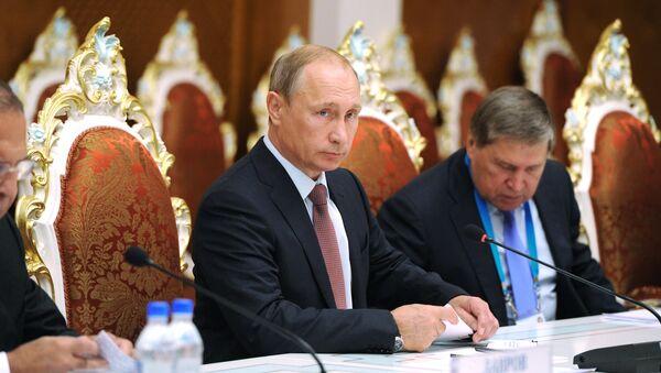 Президент России Владимир Путин (в центре) во время встречи с президентом Республики Таджикистан Эмомали Рахмоном. Архивное фото