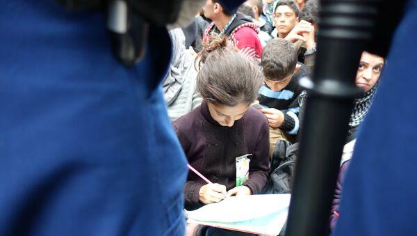 Девочка рисует перед строем полицейских