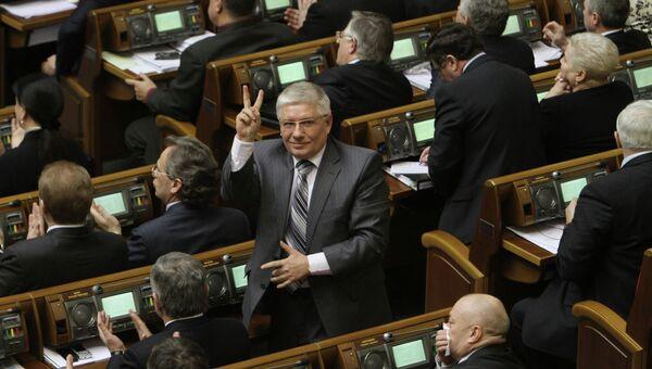 Депутат от Партии регионов Михаил Чечетов (в центре) после голосования в Верховной Раде