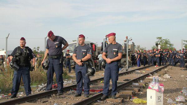 Венгерские полицейские перекрыли проход через границу