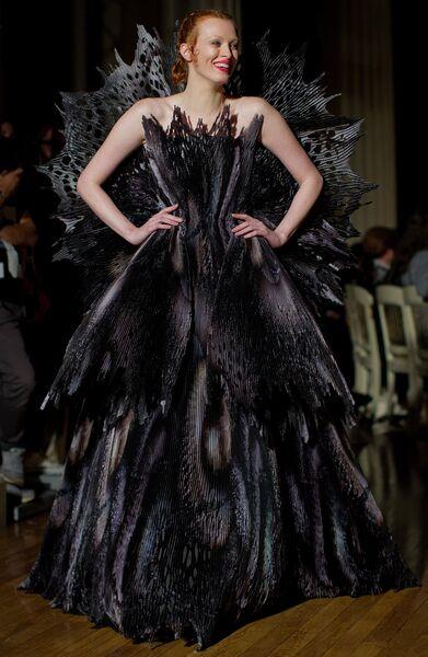 Модель во время показа коллекции Giles в рамках Недели моды в Лондоне