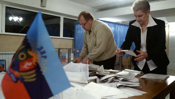 Подсчет голосов на одном из избирательных участков на выборах в ЛНР