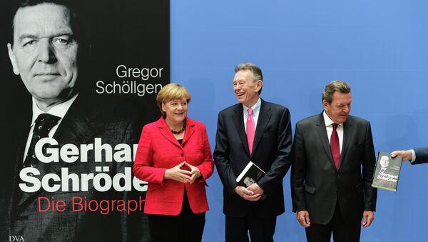 Канцлер Германии Ангела Меркель, бывший канцлер Германии Герхард Шредер и автор Грегор Шолген во время официальной презентации биографии Шредера в Берлин