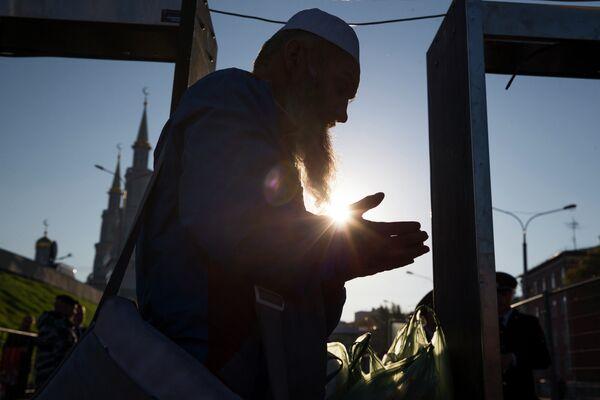 Верующий возле Московской соборной мечети