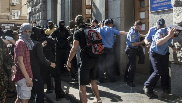 Протестующие и сотрудники правоохранительных органов у здания городского совета Харькова
