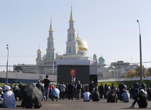 Верующие слушают выступление президента РФ Владимира Путина на открытии Московской соборной мечети в Москве