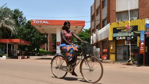 Девушка на улице Уагадугу, столицы Буркина-Фасо. Архивное фото