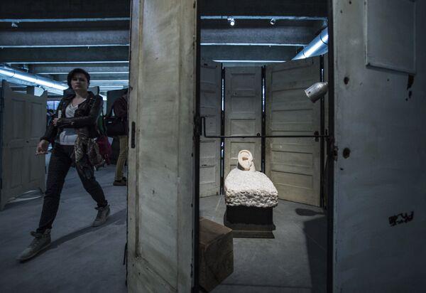 Скульптурная композиция Клетка IV американского скульптора Луизы Буржуа в музее современного искусства Гараж