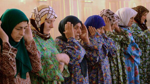 Мусульмане во время праздничной молитвы в день праздника жертвоприношения Курбан-Байрам в мечети имени Ахмата Кадырова в Грозном