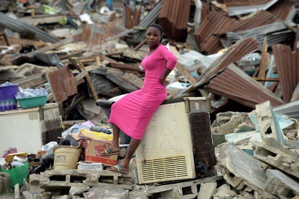 Женщина на руинах своего дома, снесенного по решению суда, в Лагосе, Нигерия