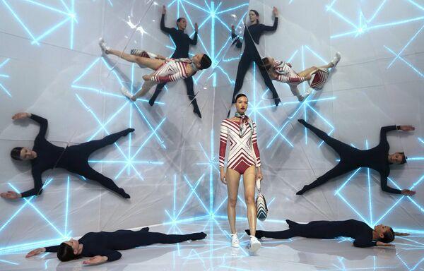 Модель во время показа в рамках London Fashion Week в Лондоне