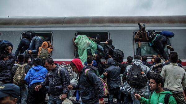 Мигранты и беженцы на станции Товарник, расположенной в Хорватии на границе с Сербией. Архивное фото