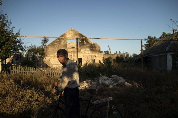 Местный житель на одной из улиц села Веселое Донецкой области