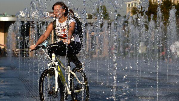 Девушка катается на велосипеде. Архивное фото
