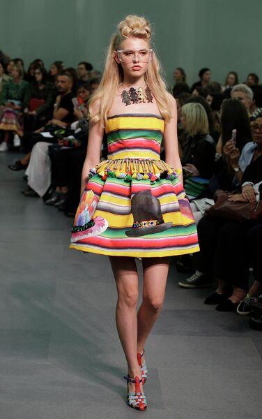 Модель во время показа коллекции Stella Jean на Неделе моды в Милане