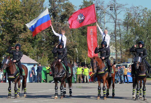 Сотрудники конной полиции на спортивном празднике
