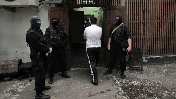 Сотрудники Федеральной Службы РФ по контролю за оборотом наркотиков во время рейда. Архивное фото