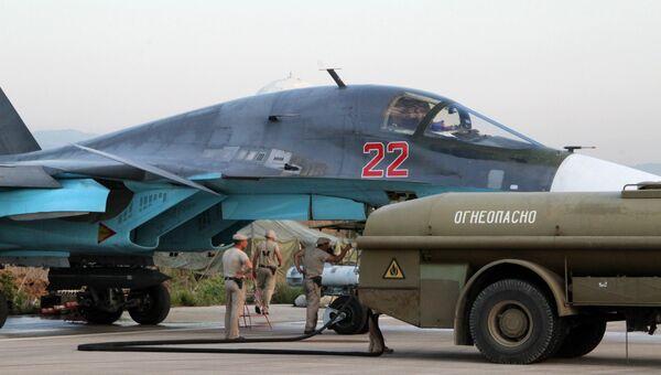 Техники обслуживают российские самолеты СУ в аэропорту Хмеймим в Сирии