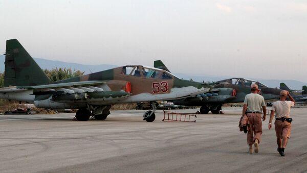 Техники обслуживают российские самолеты Су-25 в аэропорту Хмеймим в Сирии