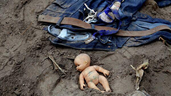 Кукла и личные вещи на месте оползня