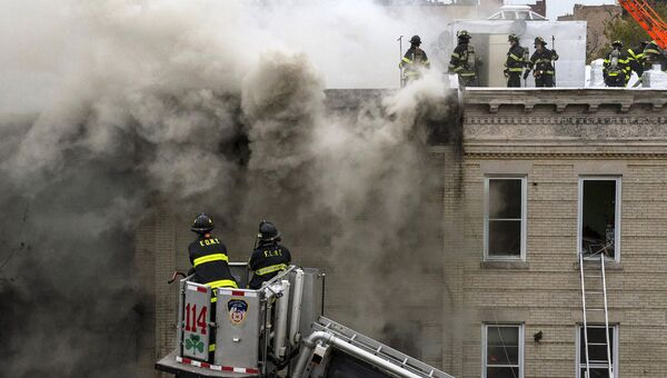 Пожарные на месте взрыва в Нью-Йорке. 3 октября 2015