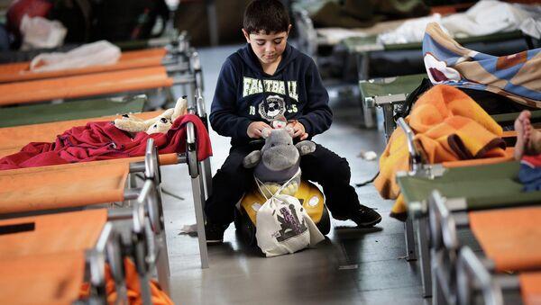 Мальчик играет во временном регистрационном центре на юге Германии. Архивное фото