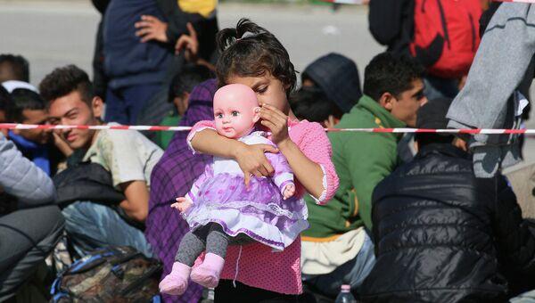 Девочка с куклой в австрийском городе Никкельсдорф на границе с Венгрией. Архивное фото