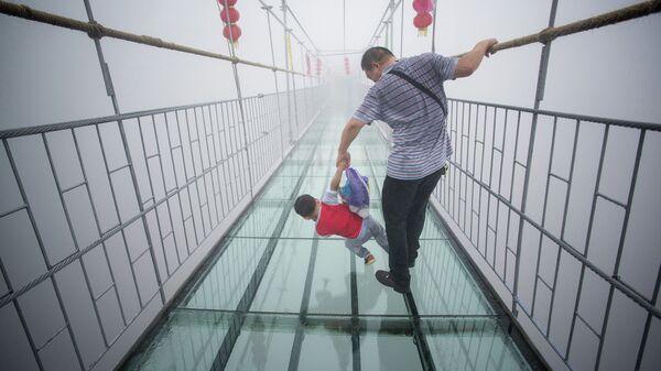 Стеклянный подвесной мост в национальном парке провинции Хунань