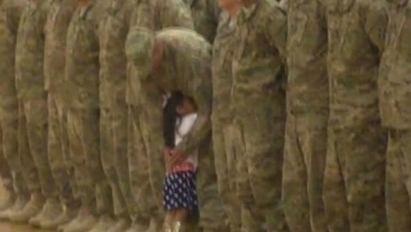 Дождалась: малышка встречает папу из армии