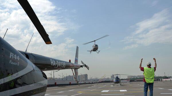 Сотрудник на площадке вертолетного порта. Архивное фото