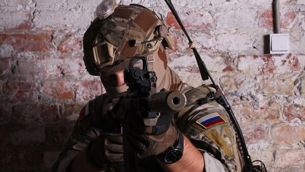 Военнослужащий с оружием, оснащенным голографическим прицелом Валдай-ПГ210. Архивное фото