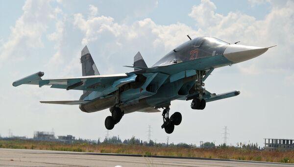 Российский истребитель-бомбардировщик Су-34 садится в аэропорту Латакии в Сирии. Архивное фото