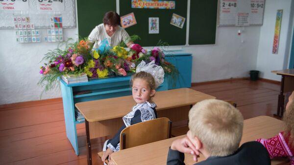 Первоклассники на уроке в школе в селе Кирилино Омской области