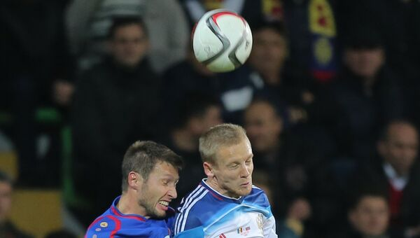 Игрок России Игорь Смольников (справа) в матче между сборными командами Молдавии и России