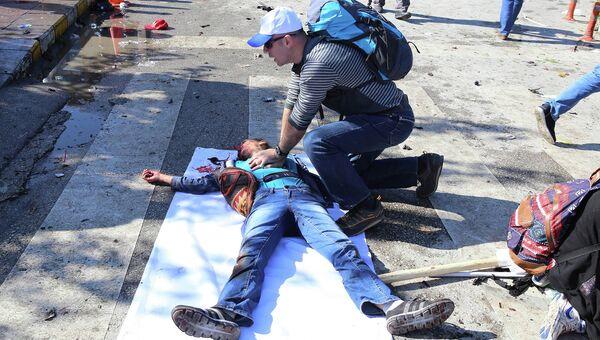 Помощь пострадавшим при взрыве в Анкаре. Архивное фото