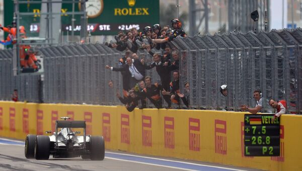 Гонщик команды Мерседес Льюис Хэмилтон финиширует в гонке на российском этапе чемпионата мира по кольцевым автогонкам в классе Формула-1