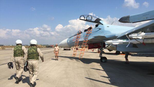 Российские летчики готовятся к полету на истребителе СУ-30СМ на авиабазе Хмеймим в Сирии. Октябрь 2015