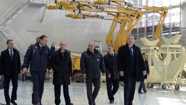 Президент России Владимир Путин во время осмотра строительных работ на космодроме Восточный