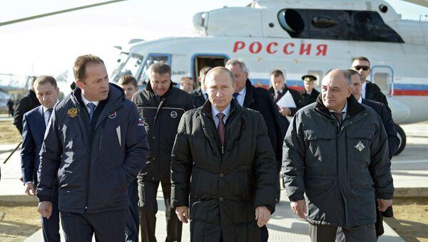 Президент России Владимир Путин (в центре) во время осмотра строительных работ на космодроме Восточный