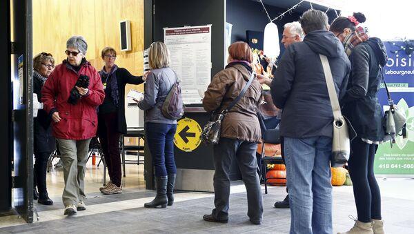 Люди стоят в очереди на избирательном участке в Квебеке, Канада