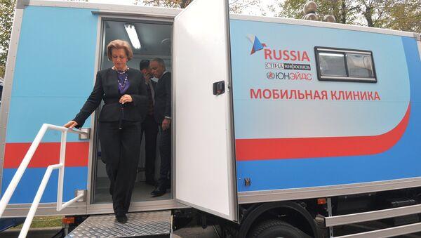 Главный государственный санитарный врач РФ Анна Попова выходит из мобильного диагностического центра после сдачи теста на ВИЧ