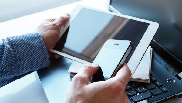 Бизнесмен с планшетом в руках. Архивное фото