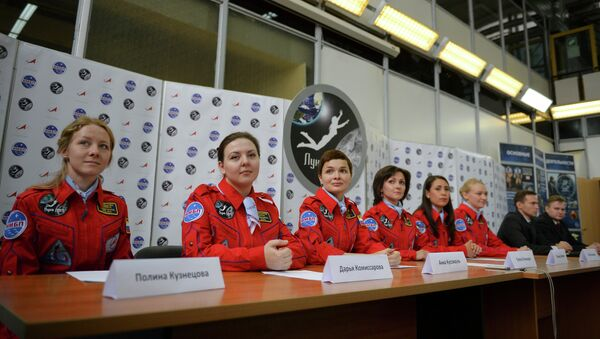 Участницы эксперимента по имитации облета Луны женским экипажем Луна-2015 во время пресс-конференции перед началом эксперимента